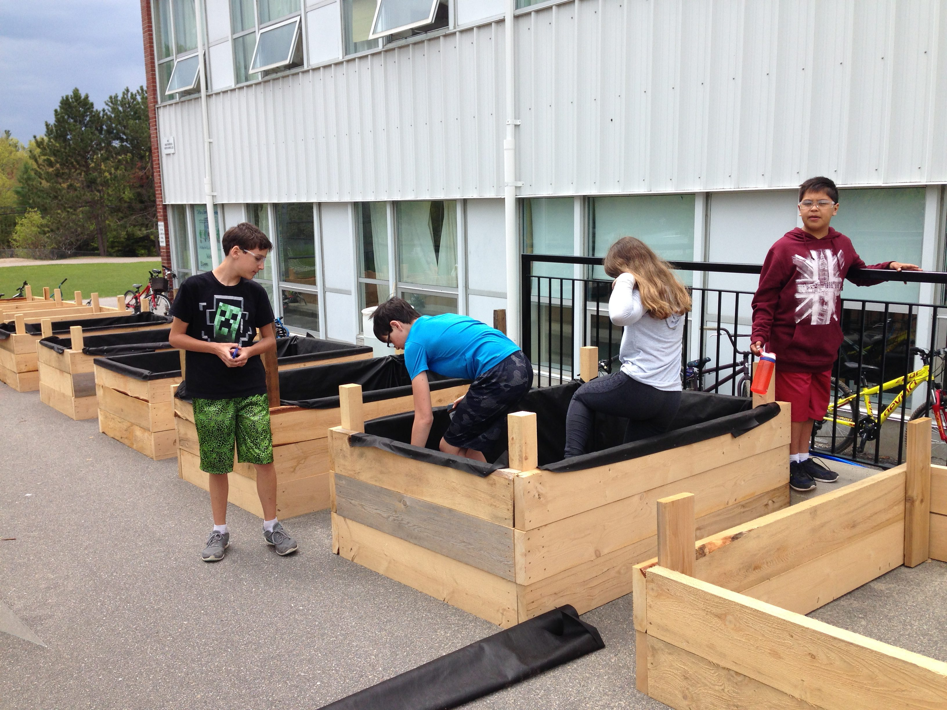 Students making planter boxes